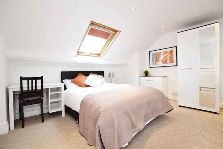 Entire home, 4 bedroom in central Gloucester.