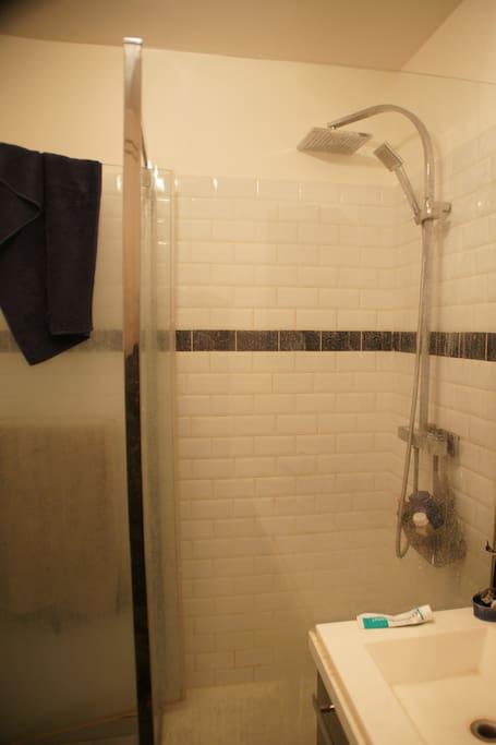 La salle de bain avec une douche spacieuse et bien chaude.