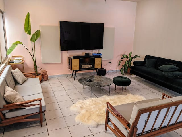 Bright and relaxing room close to downtown