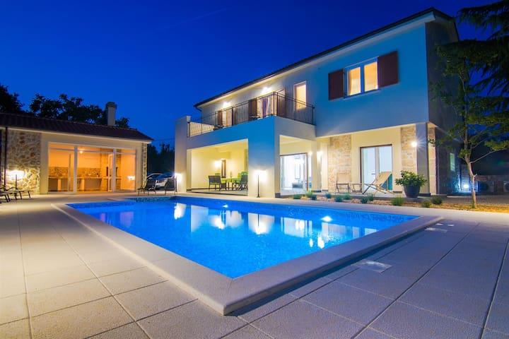 5 star VILLA CEDAR with large swimming pool