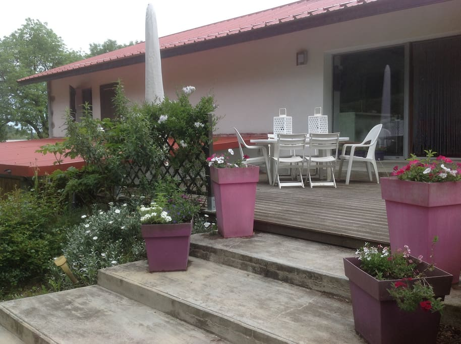 Comme une maison: L'accés indépendant et terrasse fleurie