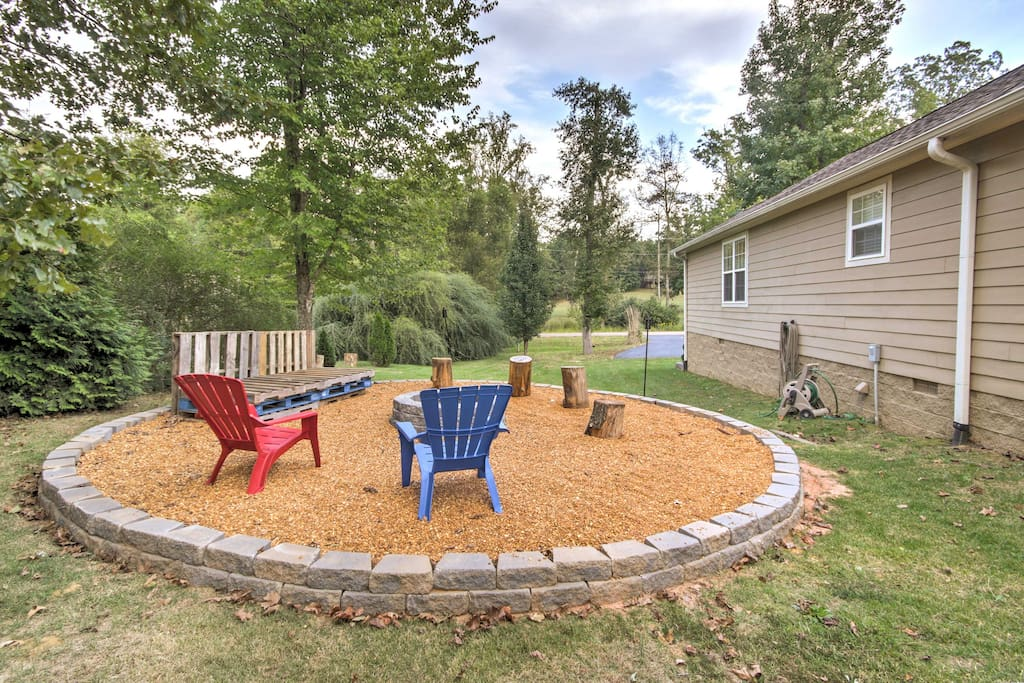Gather around the outdoor fire pit and relax as the cool river breeze blows in.