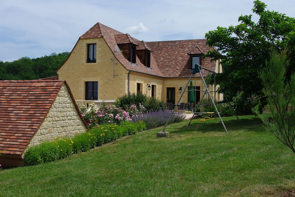 Maison coté ouest, terrasse carrelée, jeux enfants