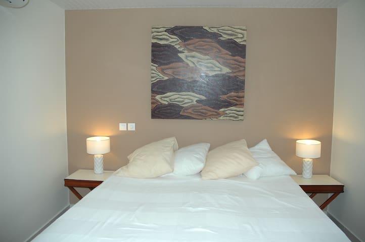 La chambre préparée pour accueillir un couple en version lit king size