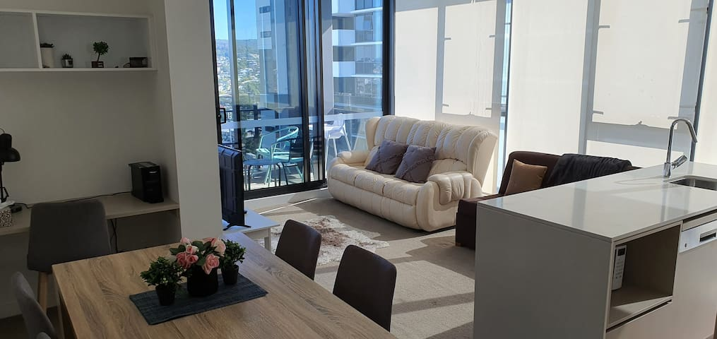 BEST CORNER+2bedrooms 2bath+Location+carpark+Views