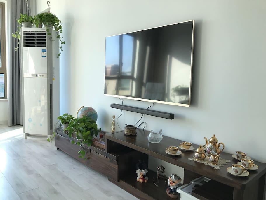 客厅配备小米55寸电视机、3匹立柜空调,百兆宽带,free wifi
