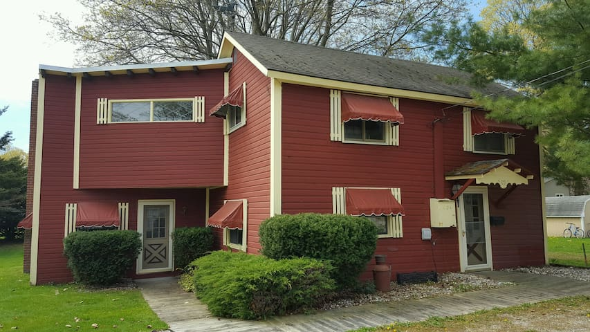 Charming 2 Bedroom Home, Close to Everything! - Charlevoix - House