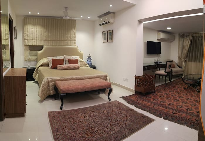Business Ready Studio Apt- South Delhi w Amenities