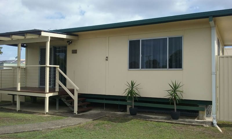 BRIBIE'S COUPLE COTTAGE Central to everything!!