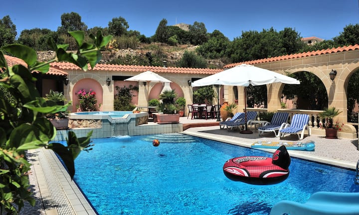 E200 Villa with pool
