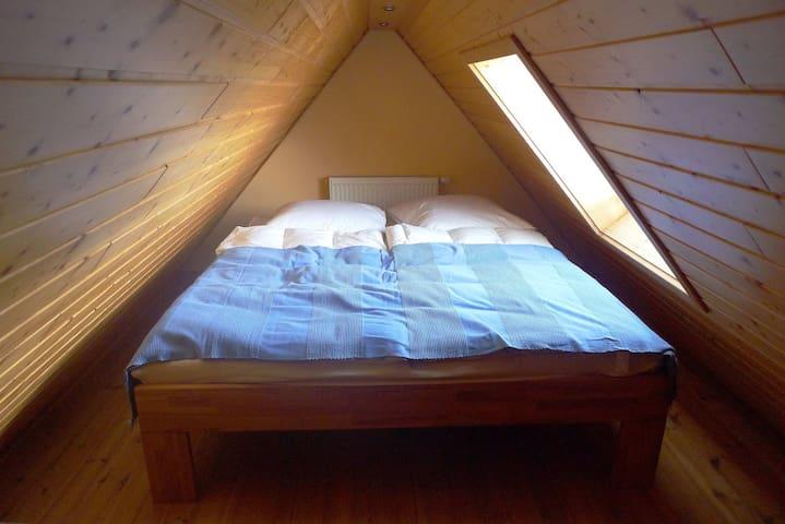 Gemütlicher Schlafbereich im Dach