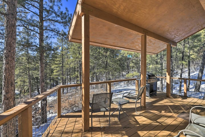 'Sparrow Springs Cottage' w/ Hot Tub & Mtn Views!