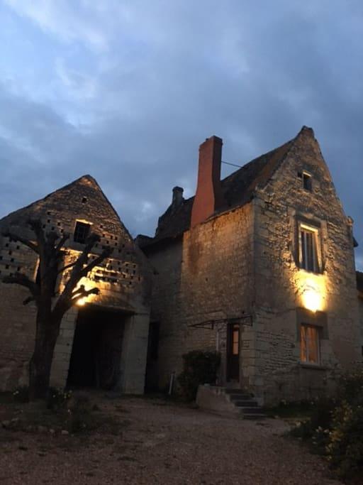 Notre Belle Maison a la tombée de la nuit.