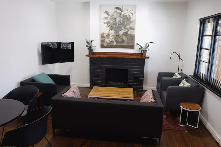 Newly Renovated 2 bedroom Charm in Elwood