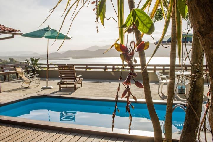 Casa com piscina e vista para lagoa