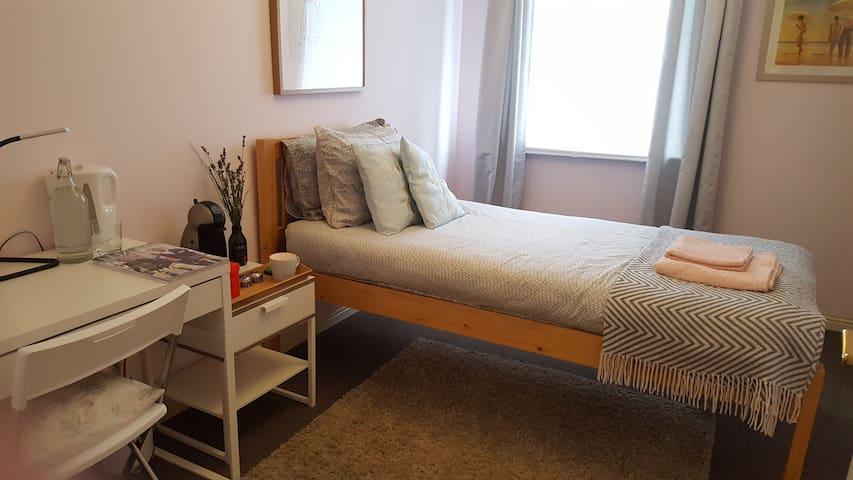 Twin or Single room with ensuite (females only)
