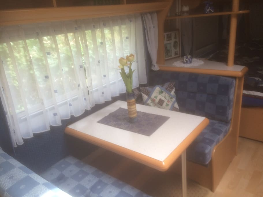 Frokostgruppe i campingvognen (dette gjøres om til seng)