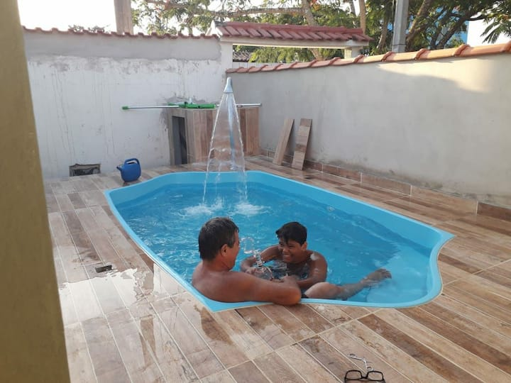 Casa com piscina próximo da praia e do comércio.