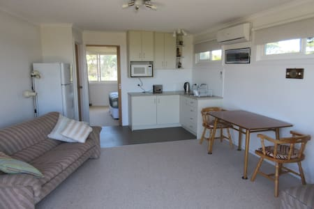 Quiet self-contained eco-unit, sleeps 2. - Anglesea - Leilighet