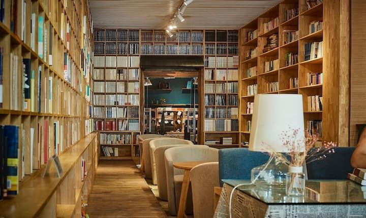 要么旅行,要么读书,万泉河景3房书房民宿,一杯茶,一张几,觅一处身体与灵魂对话休闲处。