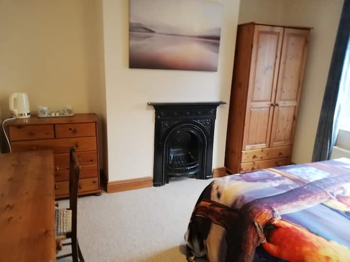Beautiful Macaw room in Grade 2 listed house