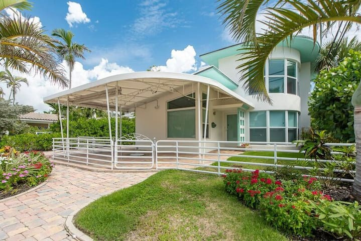 Art Deco Beachfront Villa