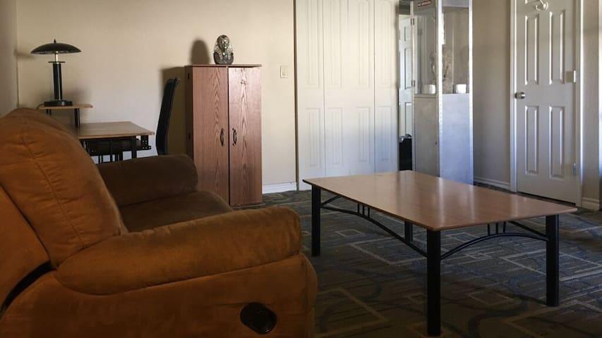 Cozy 1 rm (master) in shared 2 bdrm near the strip - Las Vegas - Apartment
