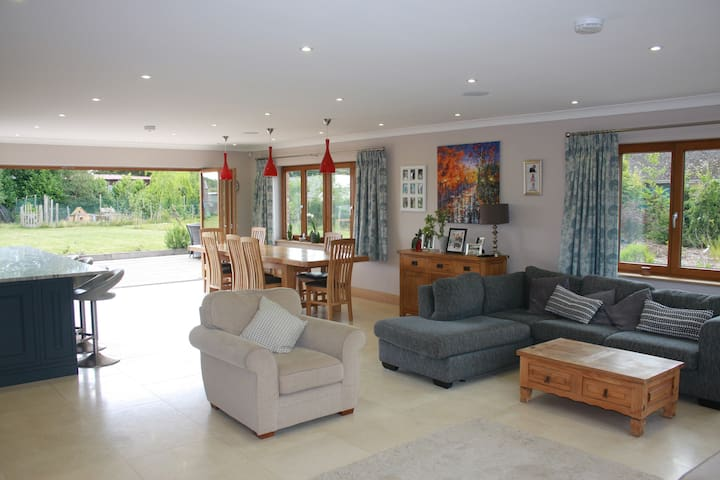 Spacious House with tennis court and heated pool