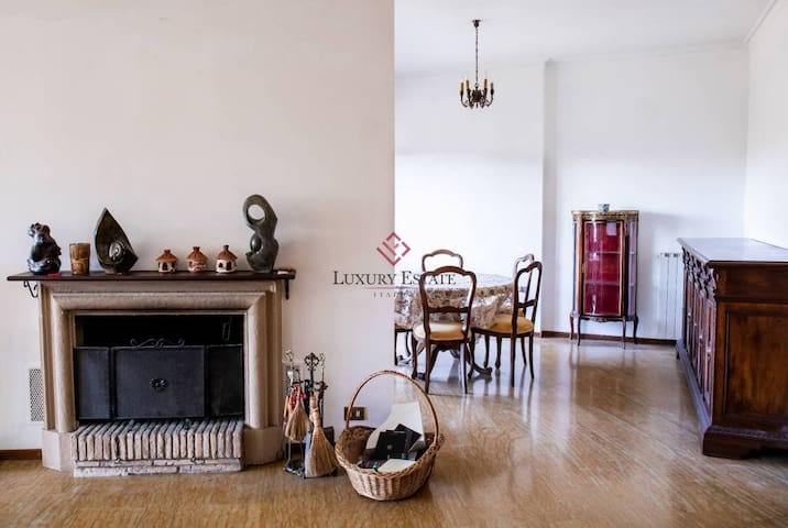 Large Aristocratic holiday apartment in Rome