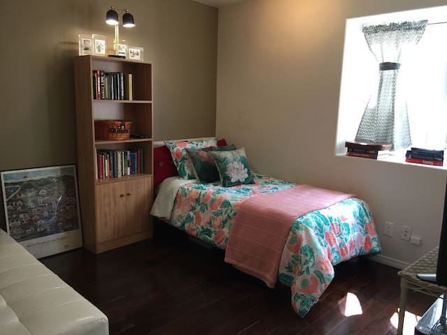 Cute Los Angeles Bedroom for Rent!