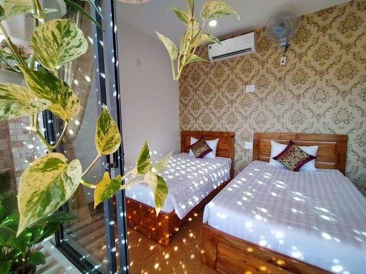 Phòng 2 giường đơn với sân vườn thoáng mát