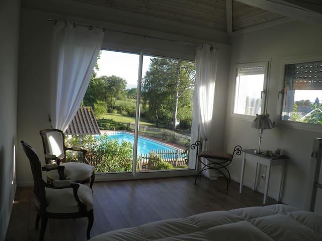 Belle suite indépendante dans parc avec piscine - Espoey - Casa