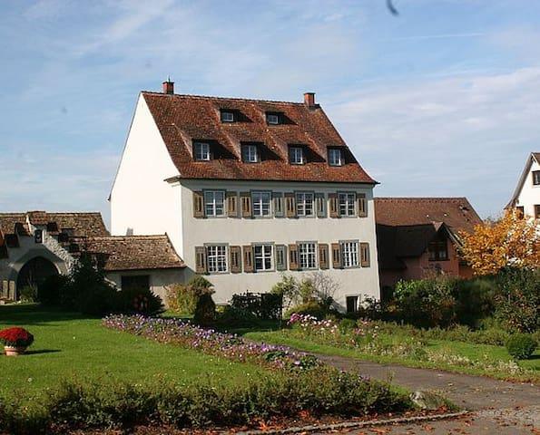 Ruhige Ferienwohnung in denkmalgeschütztem Gebäude