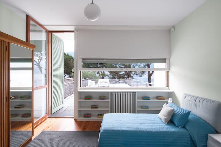 Camere vista lago con aria condizionata e apple tv.