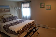 Private Queen size BR, with a cable smart TV. The bed is new and is extremely comfortable!