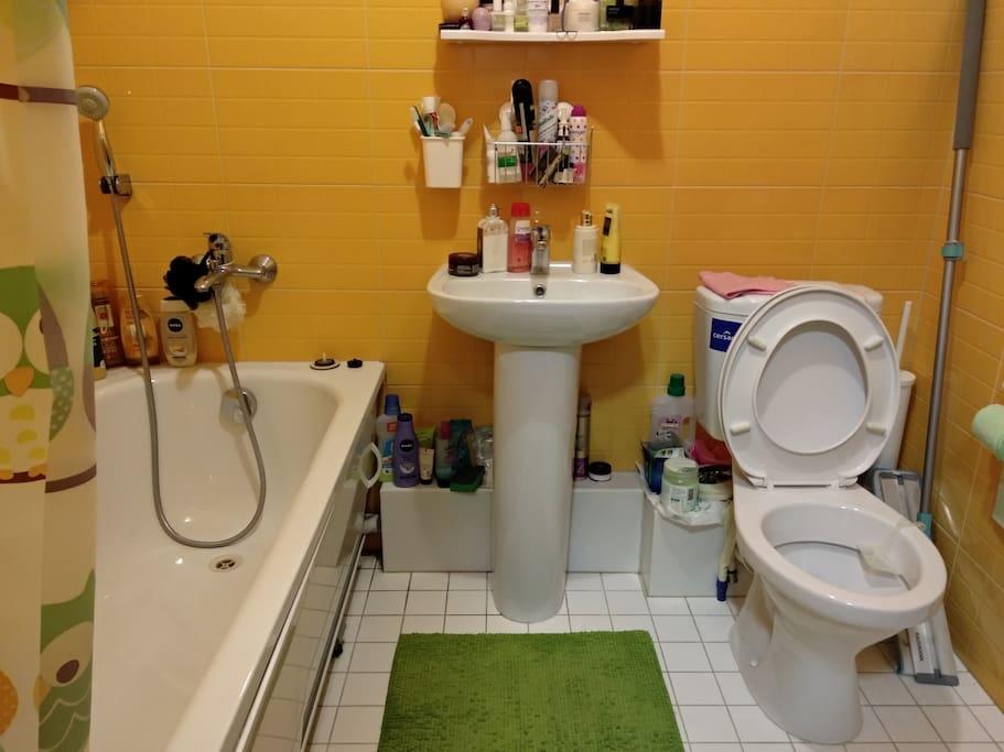 Чистая ванная комната, в которой имеется все необходимое для комфортного отдыха после прогулок по городу.