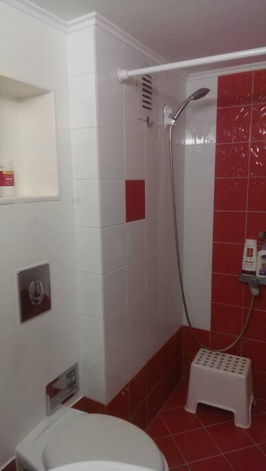 κοινόχρηστο μπάνιο δίπλα από το δωμάτιο