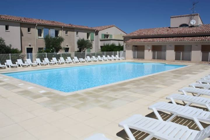 Charming house with shared pool in the Alpilles