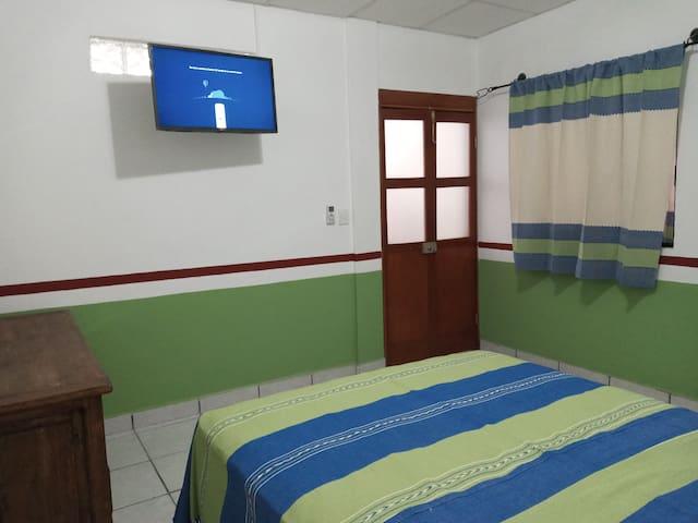 amplia habitación con aire acondicionado
