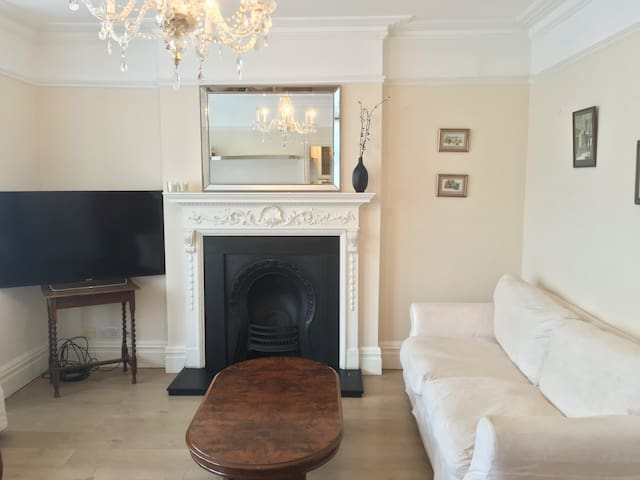 London: 2 double beds & 1 sofa bed, sleeps up to 7