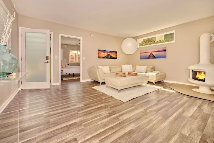 Spacious Living Room with gas log Fireplace and HDTV 4G