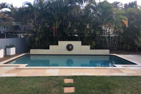 Media Rm, Tropical Pool, Large home, Sleeps 15 -L1 - Robina - 住宿加早餐