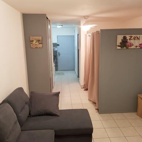 Vue d'ensemble de l'intérieur ! En plus de la chambre, un canapé lit est également dans le salon ( très confortable et ergonomique) !