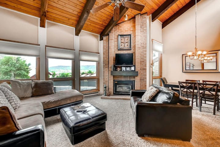 Elegant getaway perfect for snow lovers w/ shared pool & hot tub - near town!