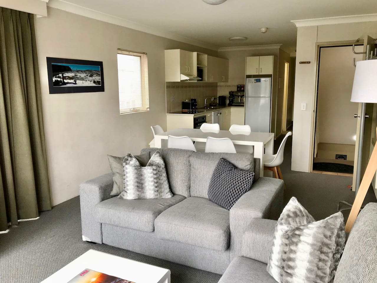 two bedroom-two storey-two bathrooms apartment with new stove/oven, fully equipped kitchen, Breville coffee machine. Sleeps maximum 6