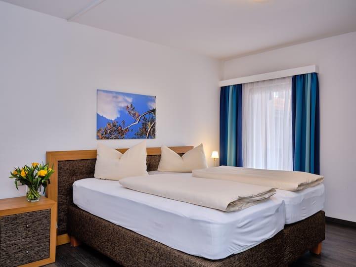 Parkhotel Waldeck, (Titisee-Neustadt), Doppelzimmer Hochfirst, 25qm, mit DU/WC oder Bad/WC und Balkon