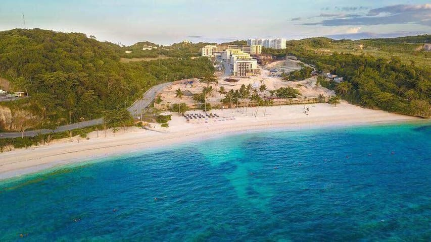 Excellent 2 Bedroom w/Private White Beach