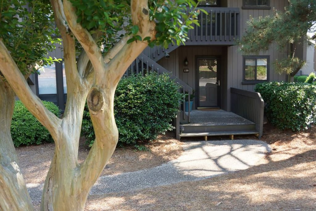 Renovated 2 bedroom, 2 bath, ground level, poolside, free wifi, cable.  Snowbird Specials $1500 monthly.