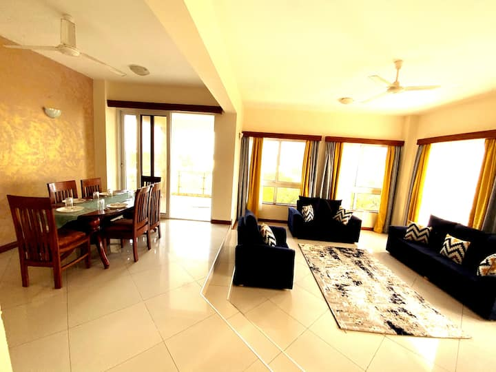 Serene SeaView Apt with High spd wifi, pool & Ntfx