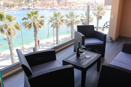 Seafront-sleeps 6-free wifi-Apt 2